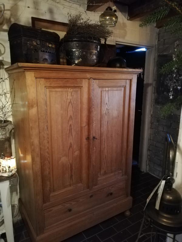 Antieke massief houten kast servieskast