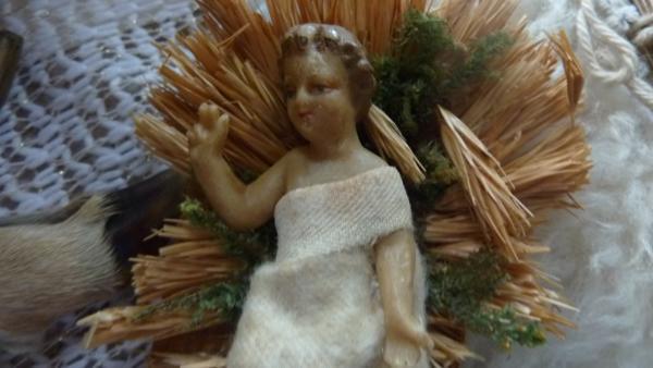 kindje jezus in was in kribbe van stro  12 cm lang