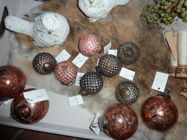 oude look ,verweerd  kerstballen roze en zwart grijs
